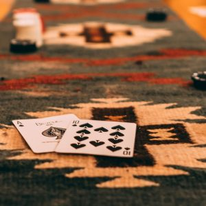Tisch mit Gluecksspielequipment
