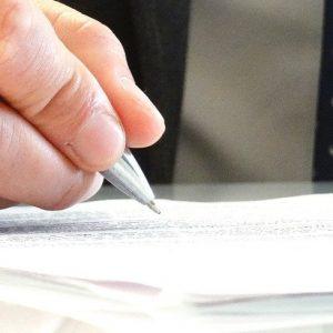 Person unterschreibt Vertrag