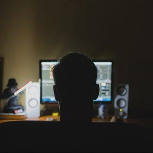 Person vor Computer