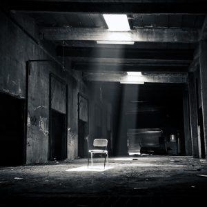 Leerer Stuhl in verlassener Halle