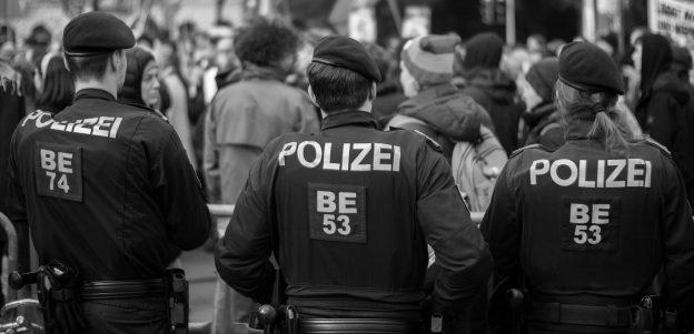 Drei oesterreichische Polizeibeamte von hnten