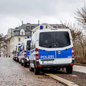 Polizeifahrzeuge am Strassenrand