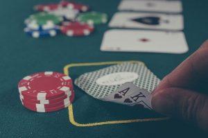 Pokerspieler mit Karten