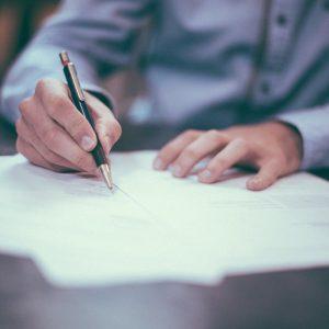 Person beim Unterschreiben