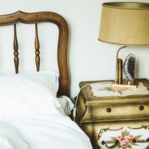 Nachttischlampe neben Bett