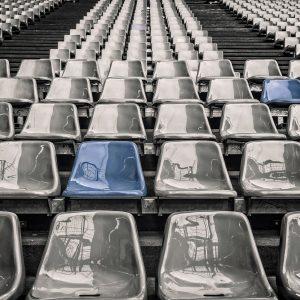 Leere Raenge im Fussballstadion
