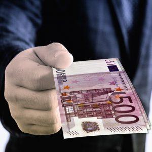 Mann übergibt 500 Euro Geldscheine