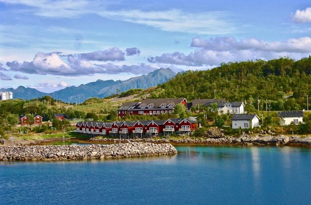 Norwegen Fjord Meer Häuser Hügel Wolken