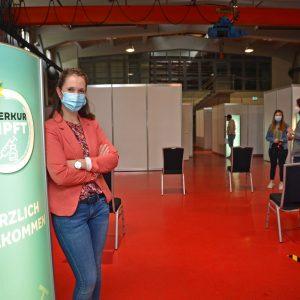 Menschen mit Maske, Stühle, Impfzentrum
