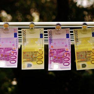 Geldwäsche Euronoten an Leine
