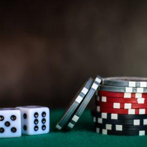 Würfel und Jetons Glücksspiel