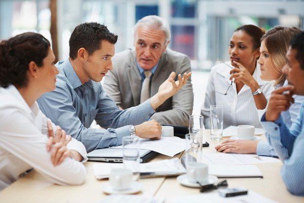 Treffen Diskussion Personen am Tisch Dokumente Papiere