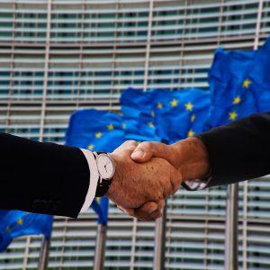Händeschütteln Europa-Flaggen