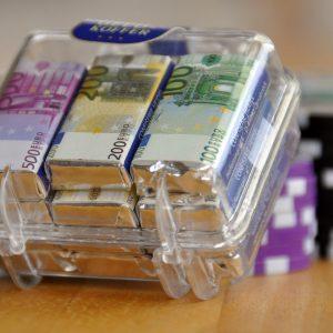 Euro Geldscheine in durchsichtigem Koffer Casino Chips