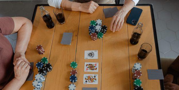 Jetons und Karten auf Tisch