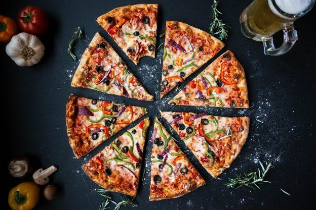 Pizza in Stücke geschnitten Knoblauch Pilz