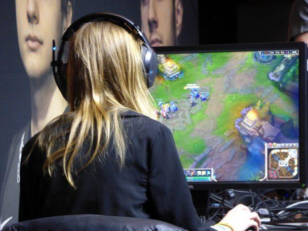 Spielerin Gamerin Headset Bildschirm