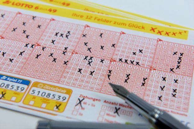 Kreuze auf Lottoschein