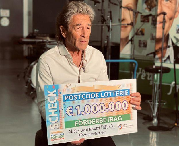 Peter Maffay mit Scheck der Deutschen Postcode Lotterie