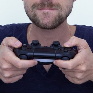 Person mit Controller