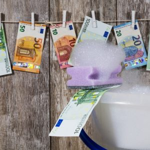 Geldwäsche Gelscheine auf Wäscheleine Seife