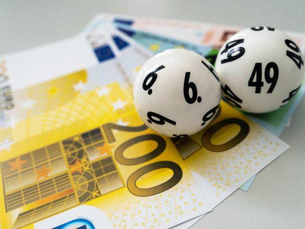 Lottokugeln auf Geldscheinen