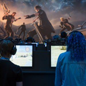 zwei Gamer, Monitore, Gaming-Szene