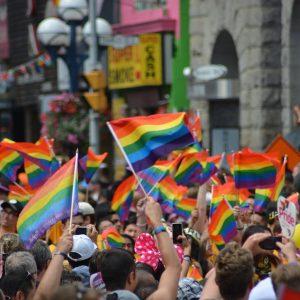 Pride Flaggen Regenbogen Menschenmenge Parade LGBTQ+