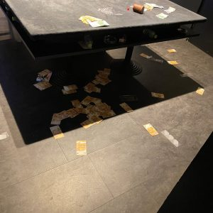 Illegales Glücksspiel Spieltisch verstreute Geldscheine