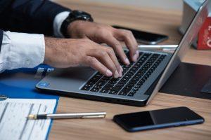 Mann, Notebook, Handy, Schreibtisch, Anwalt