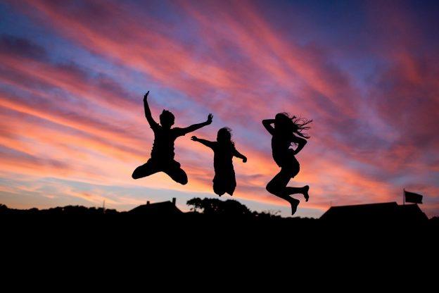 Menschen springen